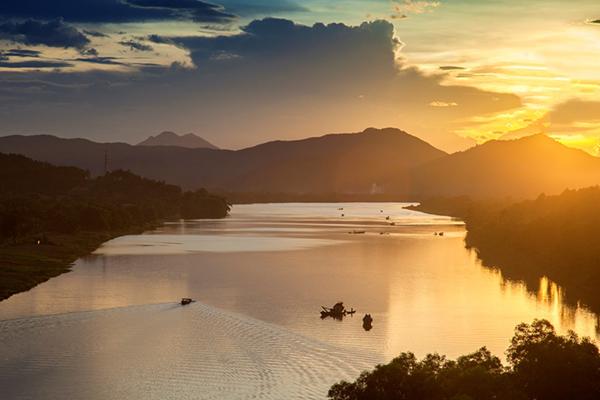 Du thuyền trên sông Hương thơ mộng