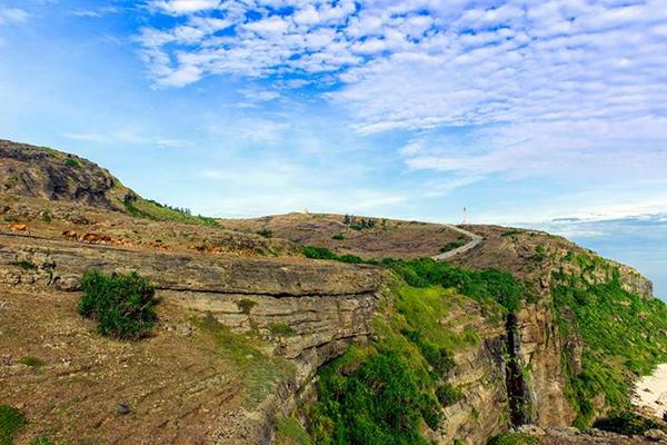 Phong cảnh nhìn từ trên đỉnh Thới Lới