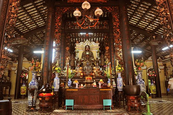 Phía trong ngôi chùa Giác Lâm có tuổi đời gần 300 năm