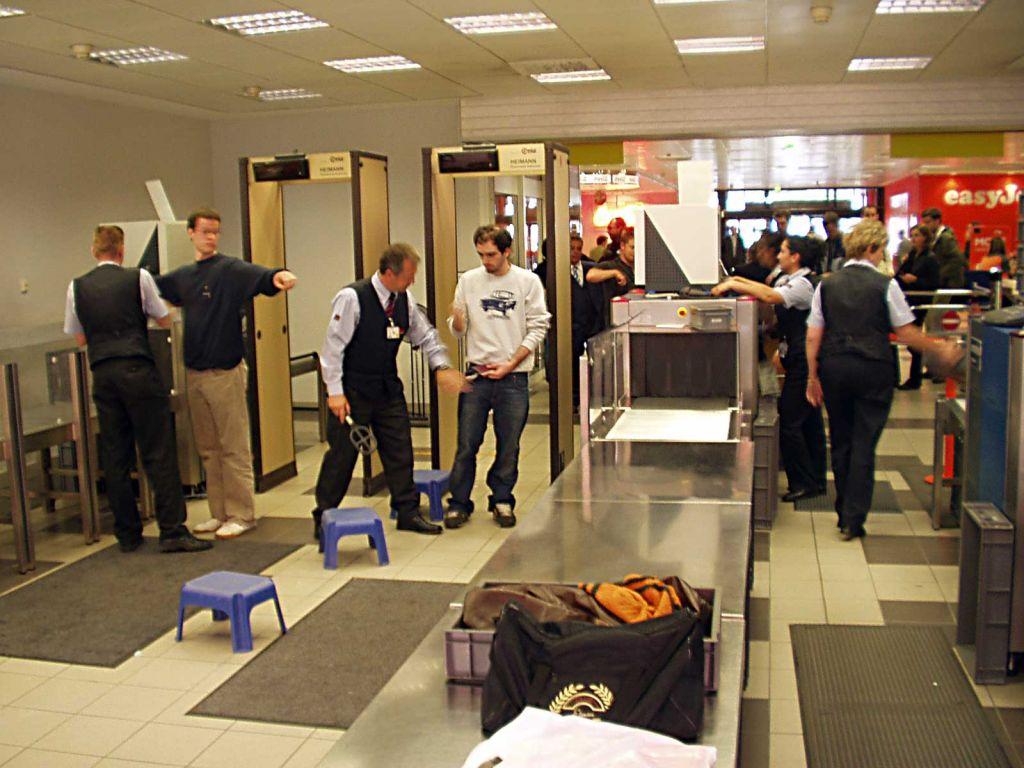 Kiểm tra an ninh sân bay