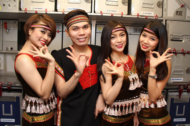 tiep-vien-hang-khong-vietjet-air-mac-trang-phuc-tay-nguyen