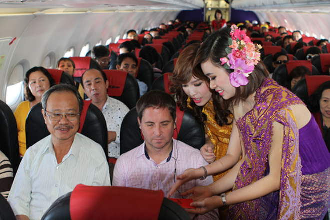 tiep-vien-hang-khong-vietjet-air-mac-trang-phuc-thai