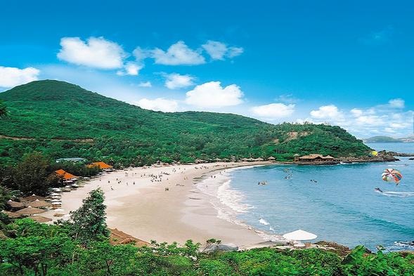 Bãi biển Sầm Sơn trong xanh với cát trắng trải dài