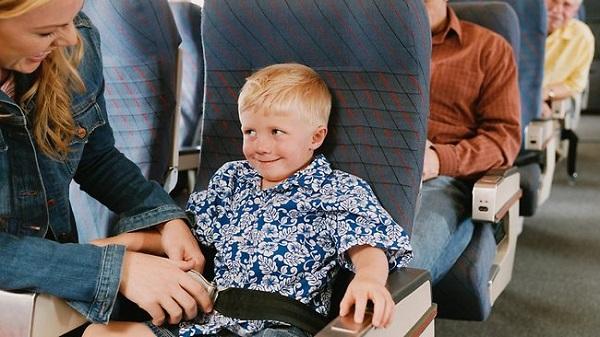 Trẻ em đi máy bay không cùng bố mẹ
