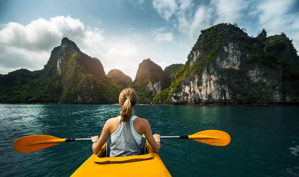 Chèo thuyền tại Vịnh Hạ Long